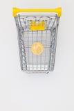 Het winkelen karretje en één dollarmuntstuk Royalty-vrije Stock Afbeelding