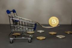 Het winkelen karretje met bitcoin in vorkclose-up royalty-vrije stock afbeeldingen