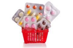 Het winkelen karretje met pillen en geneeskunde op wit wordt geïsoleerd dat Stock Afbeeldingen