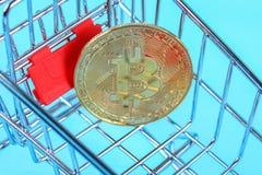 Het winkelen karretjekar met Muntstukken bitcoin, het kopen goederen voor crypto munt royalty-vrije stock foto's
