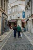 Het winkelen in kleine stad Frankrijk stock foto's