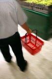 Het winkelen in kruidenierswinkelopslag Stock Foto