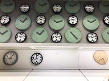 Het winkelen Leuk horloge op de afdeling van de Horlogeverkoop in de wandelgalerij royalty-vrije stock afbeeldingen