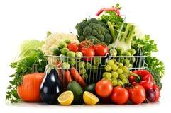 Het winkelen mand met geassorteerde ruwe organische groenten over wit Royalty-vrije Stock Foto