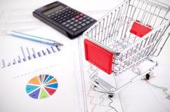 Het winkelen mandstuk speelgoed op bedrijfsdocumenten Royalty-vrije Stock Afbeelding