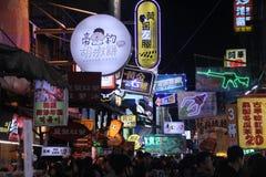 Het winkelen nachtstraat in Taichung, Taiwan stock afbeeldingen