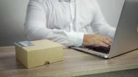 Het winkelen online concept Mensenhanden die creditcard houden en laptop met behulp van de creditcard en de goederen zijn op de l stock videobeelden