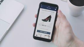 Het winkelen online het gebruiken smartphone app en het kiezen van schoenen stock videobeelden