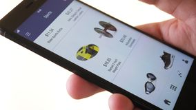 Het winkelen online het gebruiken smartphone app en het kiezen van sportmateriaal stock video