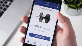 Het winkelen online het gebruiken smartphone app en het kiezen van sportmateriaal stock videobeelden