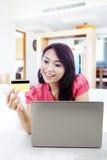 Het winkelen online met creditcard Stock Fotografie