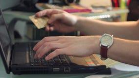 Het winkelen online met creditcard stock video