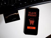 Het winkelen online voor zwarte vrijdag op phoneandcreditcard Concept royalty-vrije stock foto