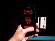 Het winkelen online voor zwarte vrijdag op telefoon stock fotografie
