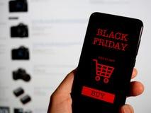 Het winkelen online voor zwarte vrijdag op telefoon Concept royalty-vrije stock afbeelding