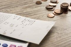 Het winkelen ontvangstbewijs en calculator stock fotografie