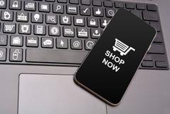 Het winkelen Pictogrammen op Toetsenbordsleutels met smartphone Stock Afbeelding