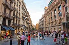Het winkelen straat in Barcelona. Stock Afbeeldingen