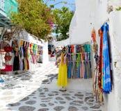 Het winkelen straat in Mykonos Kleurrijke kleding en Sjaal Griekenland royalty-vrije stock fotografie