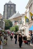 Het winkelen straat overvol door toeristen Stock Foto's