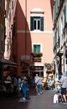 Het winkelen straat in Rome Stock Afbeeldingen