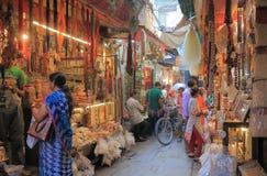 Het winkelen straatcityscape Varanasi India stock afbeeldingen