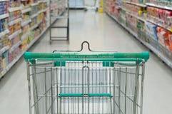 het winkelen in supermarkt Stock Fotografie