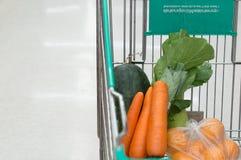 het winkelen in supermarkt Royalty-vrije Stock Afbeeldingen