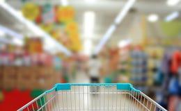 het winkelen in supermarkt Stock Foto's
