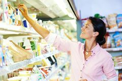 het winkelen in supermarkt Vrouw die foodproducts kiezen Royalty-vrije Stock Afbeeldingen