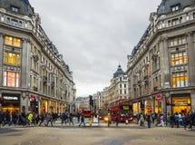 Het winkelen tijd in de Straat van Oxford, Londen Stock Foto