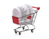 Het winkelen tot ontvangstbewijs in kar Stock Fotografie