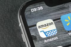 Het winkelen van Amazonië toepassingspictogram op Apple-iPhone X het schermclose-up Het winkelen app van Amazonië pictogram De mo stock fotografie