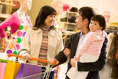 Het winkelen van de familie Stock Foto's