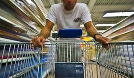 Het winkelen van de mens onduidelijk beeld Stock Foto
