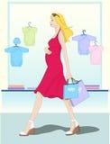 Het winkelen van de moeder de kleren van de baby Stock Afbeeldingen