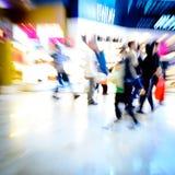 Het winkelen van de stad mensenmenigte bij markt Stock Foto