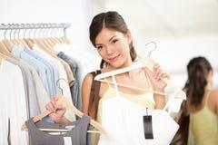 Het winkelen van de vrouw het kopen kleren Stock Fotografie