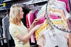 Het winkelen van de vrouw kleren royalty-vrije stock afbeeldingen
