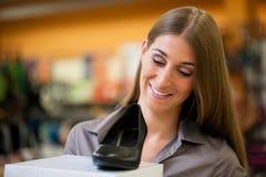Het winkelen van de vrouw schoenen in opslag Royalty-vrije Stock Fotografie