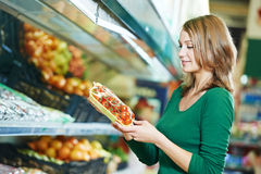 Het winkelen van de vrouw vruchten Stock Afbeelding