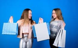 Het winkelen van haar dromen Gelukkige kinderen in winkel met zakken Het winkelen is beste therapie Het winkelen daggeluk zusters royalty-vrije stock fotografie
