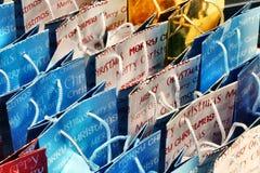 Het winkelen van Kerstmis de achtergrond van giftzakken Stock Foto's