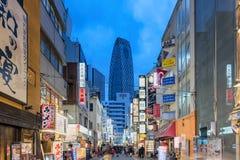 Het Winkelen van Nishishinjuku straat in Tokyo Royalty-vrije Stock Afbeeldingen