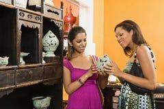 Het winkelen van vrouwen. stock afbeelding