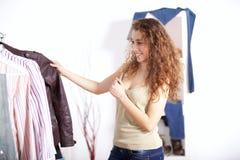 Het winkelen van vrouwen kleren Royalty-vrije Stock Foto