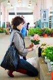 Het winkelen voor bloemen Stock Afbeeldingen