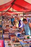 Het winkelen voor boeken Royalty-vrije Stock Afbeeldingen