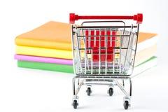 Het winkelen voor Boeken Stock Afbeelding