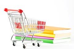 Het winkelen voor Boeken Stock Foto